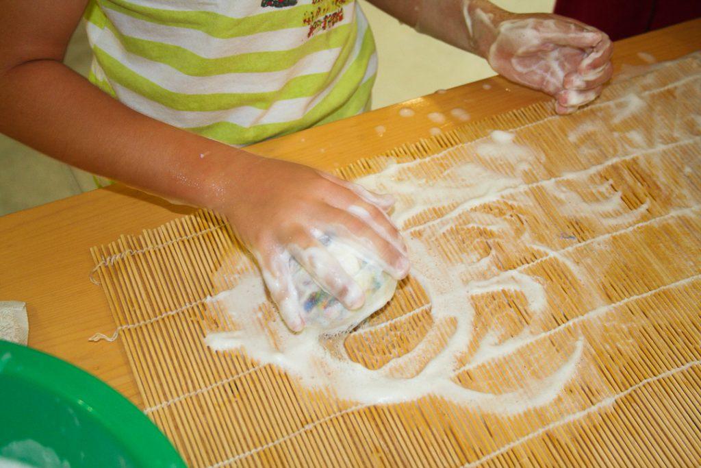 Atelier-Créatifs-Enfants-Apprendre-Feutrer-Laine