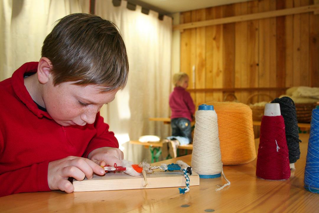 Atelier-Créatifs-Enfants-Faire-Tissage