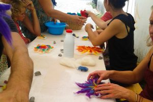 Atelier-Créatifs-Enfants-Familles-Feutrer-Laine
