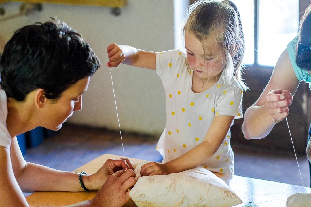 Atelier-Enfants-Laine-Coussin-Site-Touristique-Ardèche